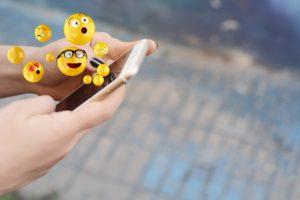 emojis saliendo de teléfono