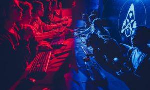 personas jugando competencia de eSports