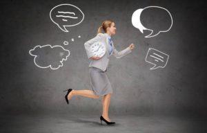 mujer corriendo y pensando estrategias