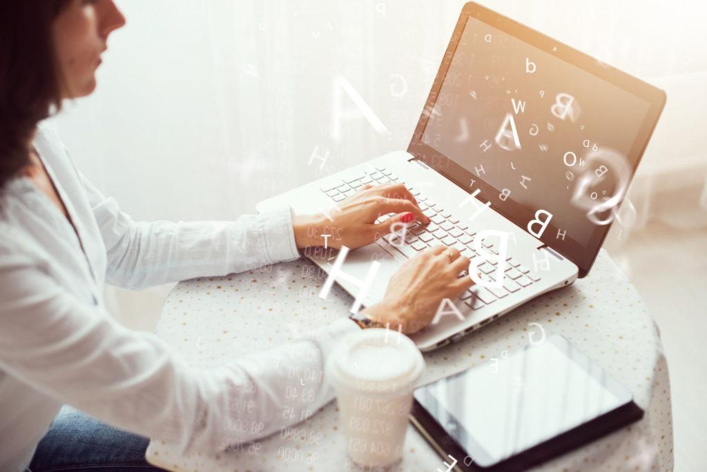mujer diseñando plan de contenidos blog
